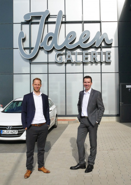 Jan-Marc Weitz und MarkusBrandt vor der Ideengaleriedes neu eröffneten BBM Standortsin Barsinghausen.