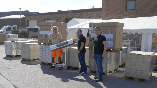 Die erste Ladung mit 2.000 Quadratmetern Laminat wurde bereits übergeben.