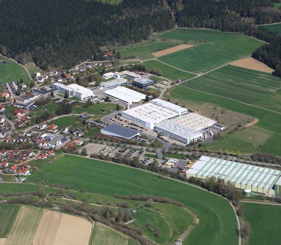 Blick auf den Standort in Tumlingen im Schwarzwald samt Fischer Akademie.