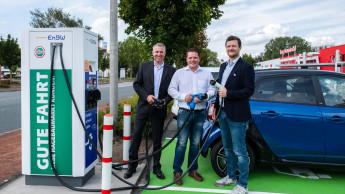 Erste gemeinsame Schnellladestation für E-Autos eingeweiht
