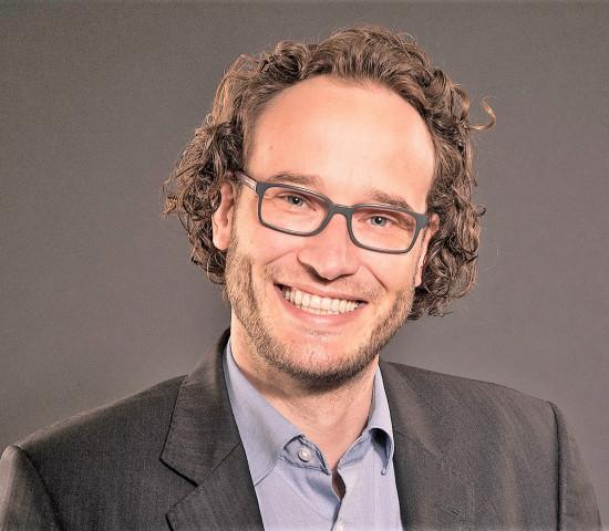 Christopher Schmitt hat zuletzt als Marketingleiter für einen Radiologen-Verband und -Dienstleister, die Curagita AG, gearbeitet.