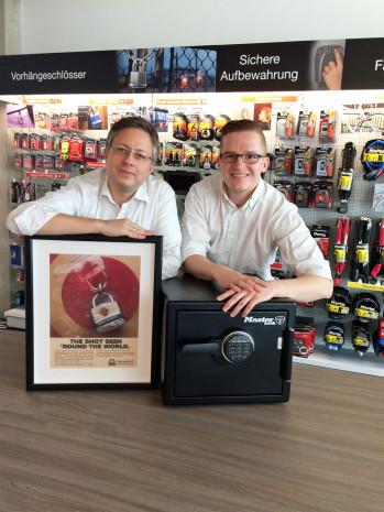 Master Lock:  Vertriebsleiter Frank Blöbaum (l.) und Key Account Manager Sebastian Weissbeck.