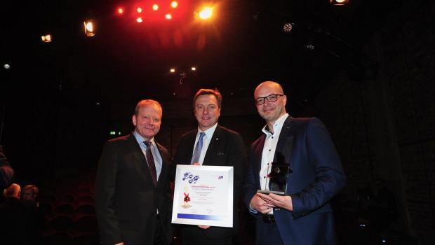 Horst Schreiber, Bereichsleiter Gesellschafterentwicklung, Hartmut Goldboom, Geschäftsführer Hagebau Fachhandel, und Oliver Arp, Bereichsleiter E-Commerce Fachhandel, (v. l.) haben den Kreativpreis für die Hagebau entgegengenommen.