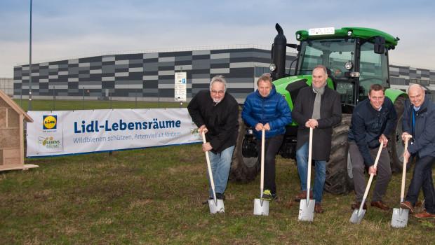 Spatenstich in Speyer: An seinem dortigen Logistikzentrum legt Lidl eine 3.000 m² große Blühwiese samt XXL-Insektenhotel an.