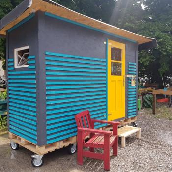 Die Little Homes, die von Toom Bumarkt unterstützt werden, enthalten eine Matratze, eine Campingtoilette und ein Waschbecken sowie Feuerlöscher, Rauchmelder und einen Erste-Hilfe-Kasten.