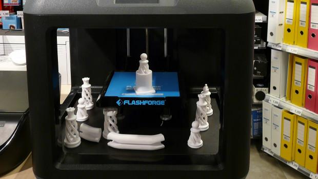 3D-Druck ist einer der kommenden Trends. Über den Verkauf der Geräte hinaus wie hier bei Clas Ohlson kann der Handel 3D-Drucker am POS auch als Marketinginstrument nutzen.