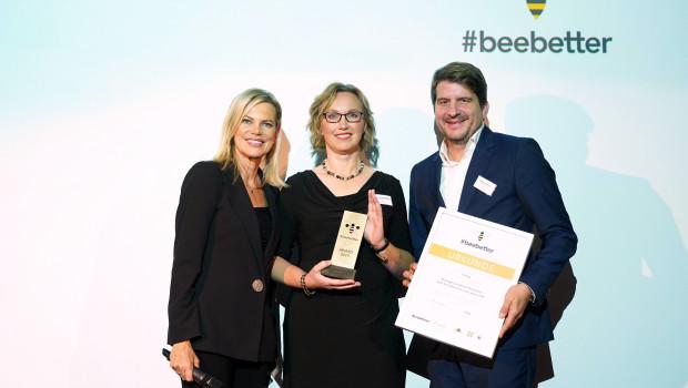 Nina Ruge, Sabine Klingelhöfer von Neudorff und Laudator Marco Vollmar vom WWF (v. l.) präsentieren den #beebetter-Award. Foto: BrauerPhotos/M. Nass for HBM