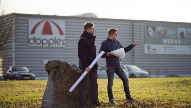 Doppler-Gesellschafter Martin Würflingsdobler (l.) am Firmensitz des Schirmspezialisten in Braunau.