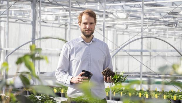 Der promovierte Physische Geograph Simon Grießer wird sich künftig bei Floragard um das Thema Torfersatz kümmern.