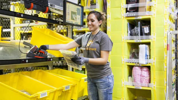 Unter anderem in den Logistikzentren von Amazon sollen neue Jobs entstehen.