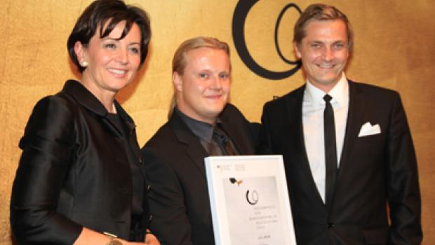 Staatssekretärin Anne RuthHerkes übergab die Auszeichnung an Petteri Masalin (M.) und Sami Lyytikaetinen.