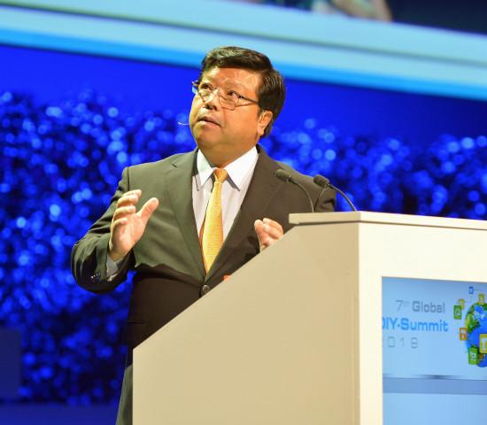 Osamu Watanabe stellt unter anderem das Engagement von Lixil Viva für den Katastrophenschutz vor.