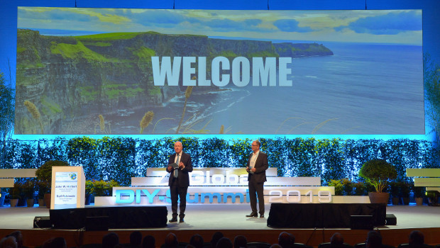 John Herbert (l.) und Ralf Rahmede, die Geschäftsführer von Edra/Ghin und Hima, bei der Begrüßung zum 7. Global DIY-Summit 2019 in Dublin. Dass der nächste Weltkongress der Home-Improvement-Branche erst drei Jahre später stattfinden würde, konnten sie damals nicht ahnen.