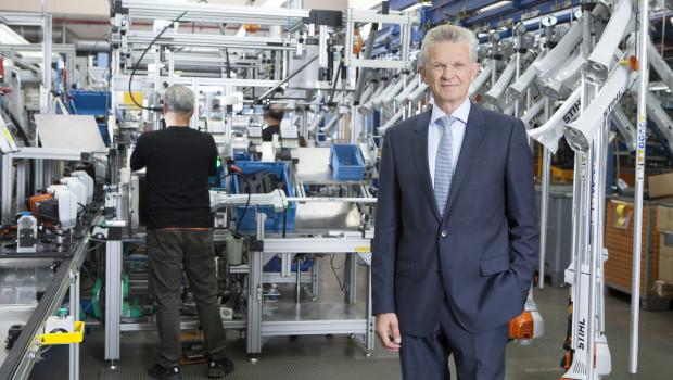 Stihl-Vorstandsvorsitzender Dr. Bertram Kandziora in der Produktion in Waiblingen-Neustadt. Allein an seinem Stammsitz investiert das Unternehmen im kommenden Jahr 65 Mio. €.