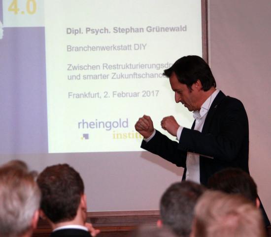 Stephan Grünewald vom Rheingold Institut zeigte auf unterhaltsame Art und Weise die psychologische Komponente des DIY auf.