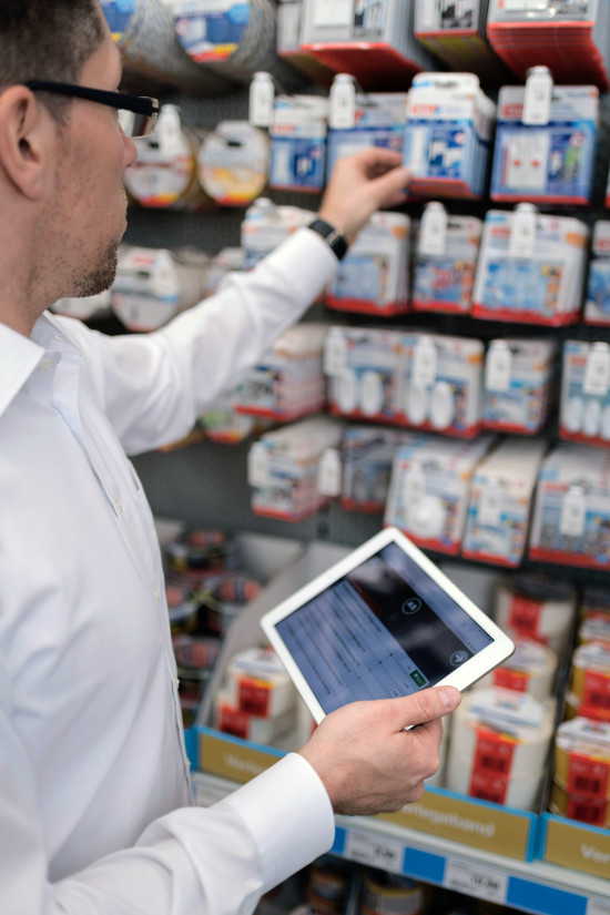 Die Beschäftigten der Industrievertretungen in Willich sind mit Tablets ausgestattet. Damit können sie noch im Markt die erforderlichen Daten übermitteln.