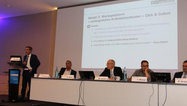 Bereichsleiter Andreas Friederichs (l.) präsentiert auf dem 6 Markenmeeting der I&M-Markennehmer mit dem Thema Online-Strategien die Zukunftschance für die Gemeinschaft.