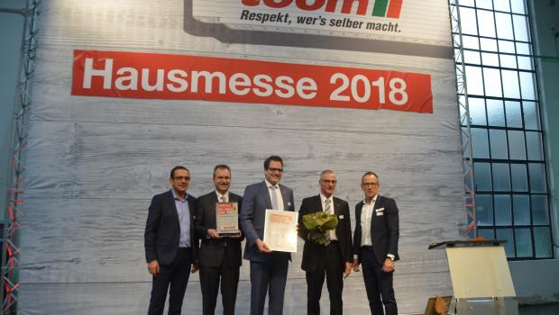 Jan Ostendorf (M.) hat den Lieferantenpreis von Toom entgegengenommen. Dominique Rotondi (ganz links) und Hans-Joachim Kleinwächter nahmen die Preisverleihung vor.
