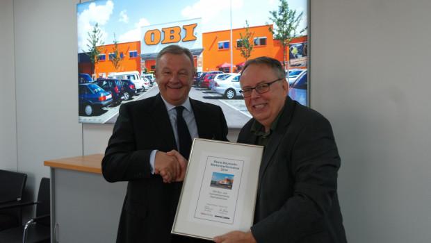 Obi-CEO Sergio Giroldi nahm von Dr. Joachim Bengfelsdorf (Dähne Verlag) die Auszeichnung zur besten Markenperformance eines Baumarktbetreibers entgegen.