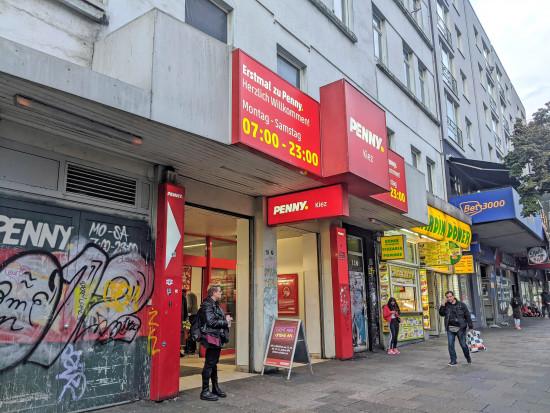 Penny spricht seine Mitarbeiter multimedial an. Im Bild der berühmte und schon des Öfteren im Fernsehen vorgestellte Penny-Markt auf der Hamburger Reeperbahn.