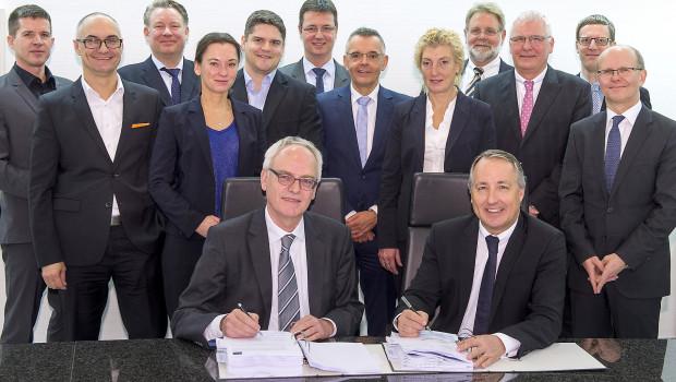 Vertragsunterzeichnung in Essen durch Oliver P. Kuhrt (vorne rechts), Geschäftsführer Messe Essen, und Heinrich Schulze, Geschäftsleiter Bilfinger Hochbau, Niederlassung Essen.