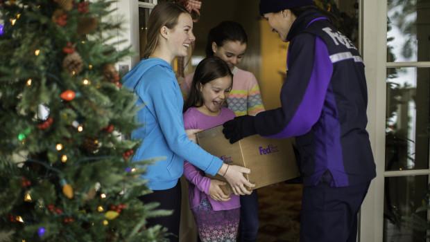 Eine Mehrheit der deutschen Konsumenten von 62 Prozent kann sich laut einer von FedEx Express in Auftrag gegebenen Umfrage gut vorstellen, Weihnachtsgeschenke online zu kaufen und sie Freunden und Liebsten zuzusenden. Bild: obs/FedEx Express