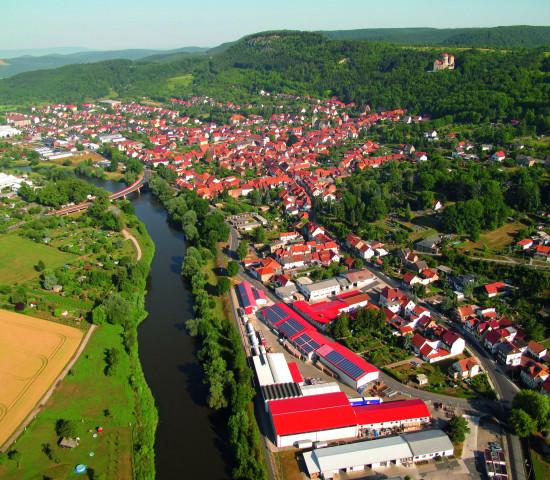 Das familiengeführte Unternehmen Carl Warrlich hat seinen Sitz in Treffurt in Thüringen. Das Firmengelände ist im Bildvordergrund zu sehen.
