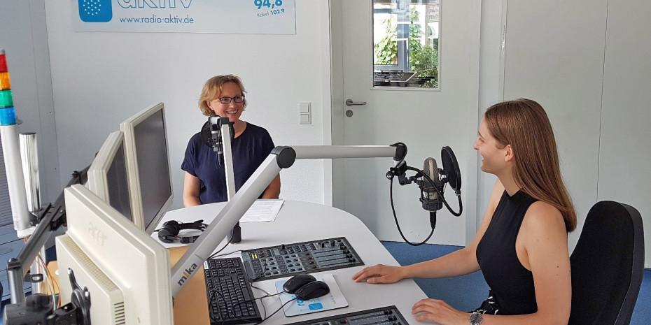 """Achtung, Aufnahme: Die Gartenbauingenieurin Sabine Klingelhöfer (l.) von Neudorff spricht mit der Radiojournalistin Paula Thelen über """"einfach natürlich gärtnern""""."""