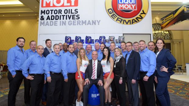 Die Liqui Moly-Mannschaft bei der Automotive Aftermarket Products Expo in Las Vegas (USA). In der Mitte Inhaber und Geschäftsführer Ernst Prost.