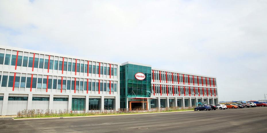 Die hochmoderne Anlage ist die größte Klebstofffabrik der Welt und beliefert Kunden aus unterschiedlichen Industriebereichen einschließlich Handwerker sowie Konsumenten