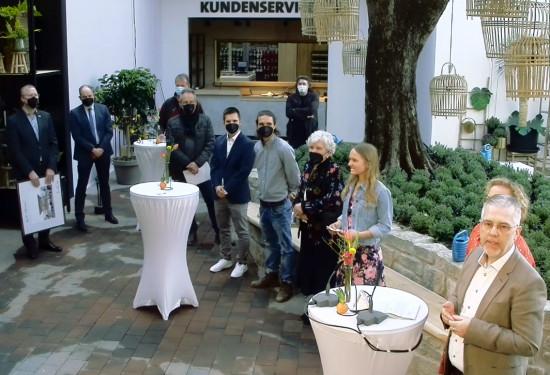 Zusammen mit seiner Familie eröffnete Rainer Ostmann (ganz rechts) bei einer Corona-konformen Feier mit wenigen Gästen sein sechstes Gartencenter.