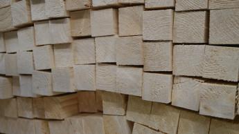 Import von Holz, Stahl und Kunststoffen noch einmal verteuert