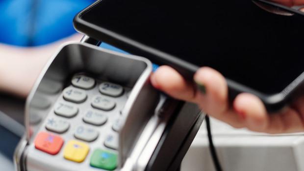 Die Rechnung per Smartphone oder Karten begleichen? Das sollte nach Meinung der meisten Befragten überall möglich sein.