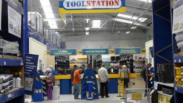 Toolstation-Standorte sind auf dem Heimatmarkt Großbritannien oft in Wickes-Märkte - die DIY-Vertriebslinie von Travis Perkins - integriert.