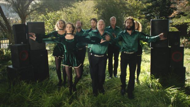 Die Hagebaumärkte werben mit einer neuen 360°-Werbekampagne für sich: Auch die Riverdancer schaffen es nicht, den Rasen zu kürzen.