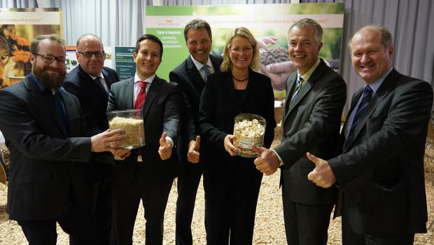 NRW-Umweltminister Johannes Remmel (2. v. r.) wurde unter anderem begrüßt von Mariel Kleeschulte-Vrochte und Dr. Wilfred Vrochte (M.), den Geschäftsführern von Kleeschulte Erden.