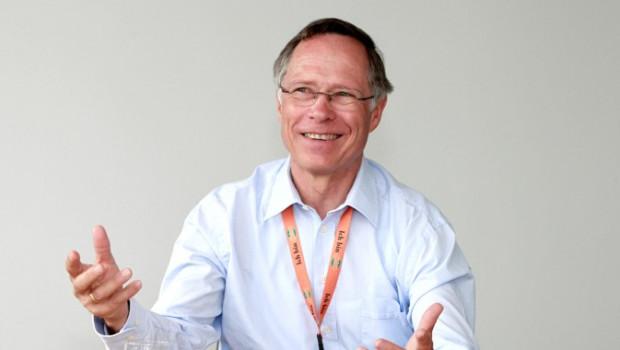 Thomas Bruch (Globus) hält die Laudatio des DIY-Lifetime-Awards 2015 auf Helmut Aurenz, Gründer von ASB Grünland.